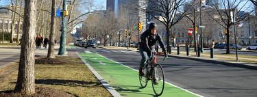 Los carriles bici provocan que los coches adelanten a los ciclistas más cerca, no menos