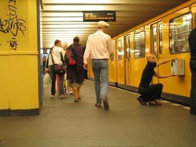 MacMini pegado a un vagón de metro