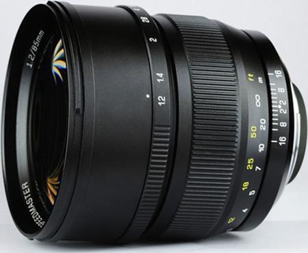 Speedmaster 85 mm f/1.2 para DSLR Full Frame: la nueva óptica de Mitakon parece estar al caer