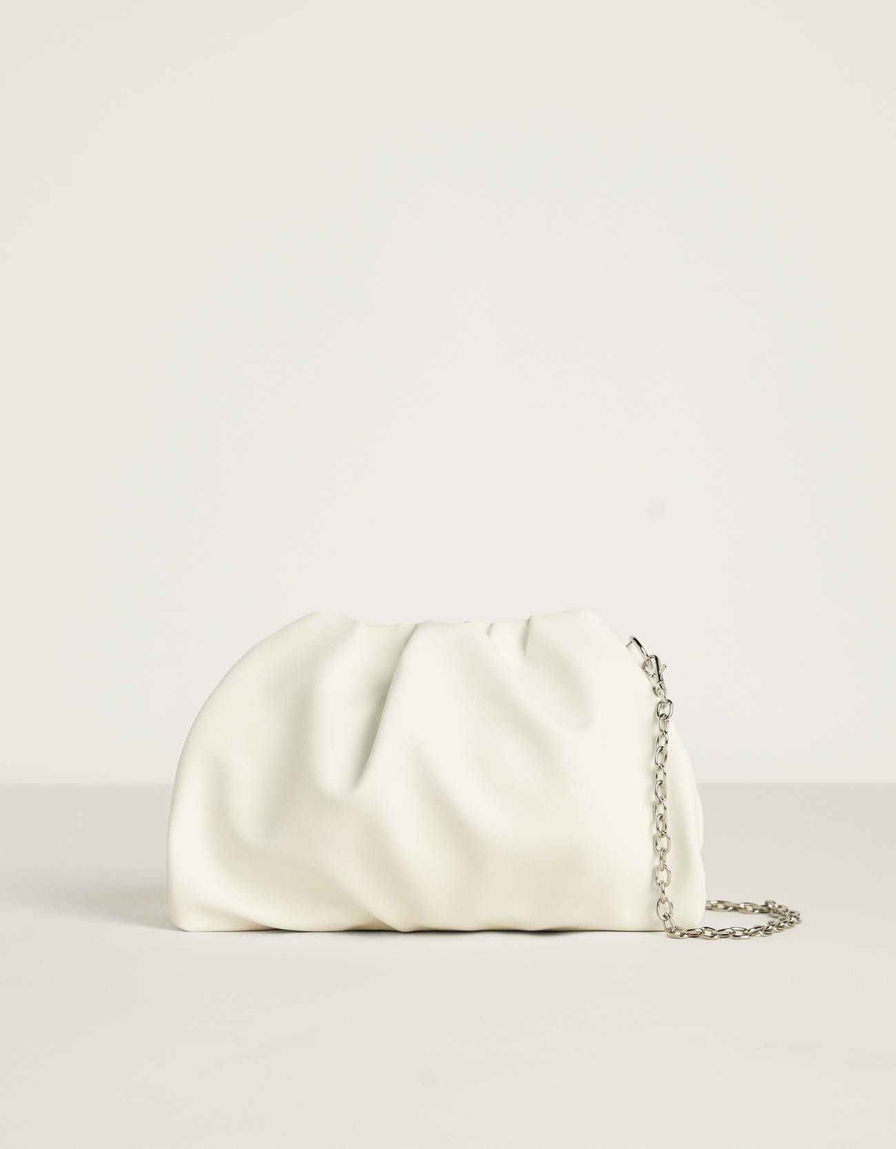Bolso blanco con cadena (disponible en color negro)