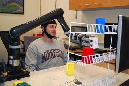 Mover brazos robóticos con la mente no es nuevo, hacerlo sin implantes cerebrales sí