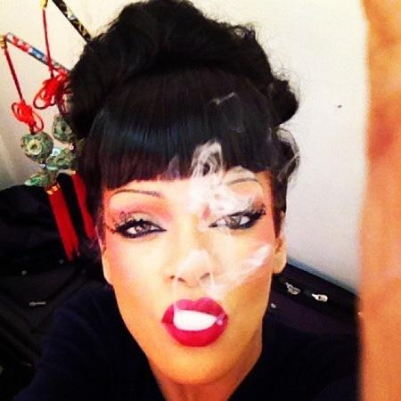 Rihanna en plan geisha fumeta provocando en Twitter, que es lo suyo