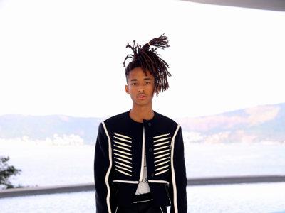 Jaden Smith invitado por Nicolas Ghesquière a Brasil asistió al desfile crucero de LV vestido con prendas muy gráficas