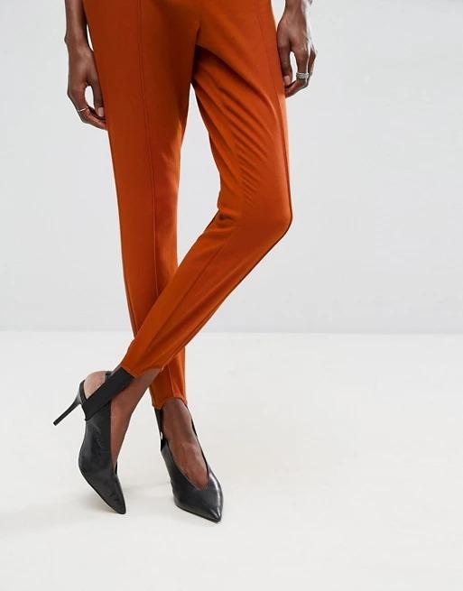 Pantalones ajustados con efecto lavado y detalle fuseau.
