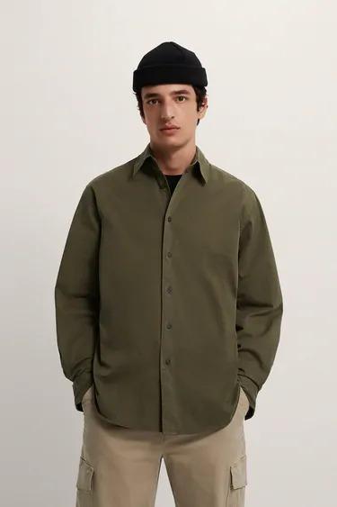 Camisa con estructura en color verde olivo