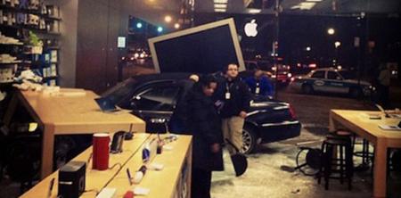 Coche impacta contra el muro de cristal de una Apple Store en Chicago