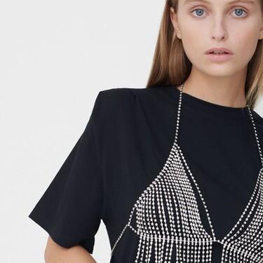 Los tops de pedrería a modo sujetador podrían convertirse en la prenda estrella de nuestro armario. Palabra de bershka y Zara