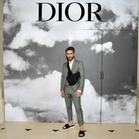 Pelayo Díaz de chanclas y con traje para el desfile de Alta Costura de Dior en París
