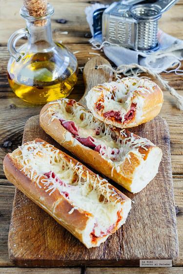 Baguette con salami y queso gratinado. Receta fácil