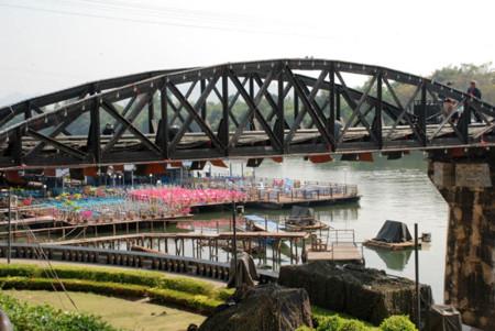Lo de los restaurantes flotantes que se meten casi debajo del puente es literal