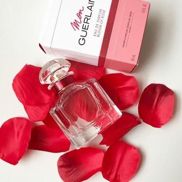 Así es Mon Guerlain Bloom of Rose, el perfume inspirado en Angelina Jolie que es una deliciosa explosión de rosas