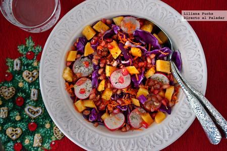 Ensalada crujiente de lombarda con persimón y granada. Receta de Navidad