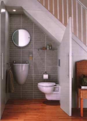Una buena idea: un baño bajo la escalera