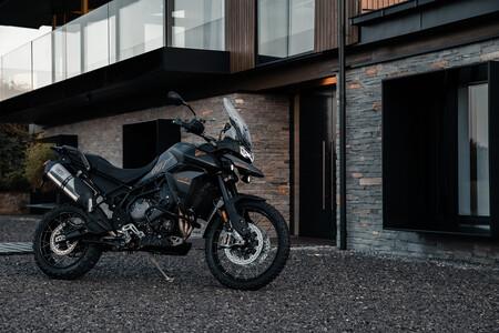 ¡Licencia para molar! La Triumph Tiger 900 es una moto a lo James Bond que estrena escape Arrow y asiento calefactable, por 18.800 euros
