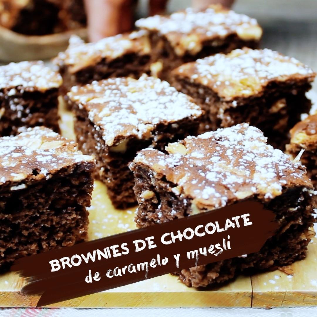 Brownies de chocolate, caramelo y muesli. Receta de postre en video