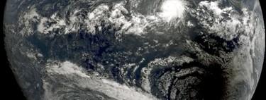 Cuando la imagen más espectacular del eclipse se dio desde el espacio: la sombra de la Luna se encuentra con el huracán 'Bárbara'