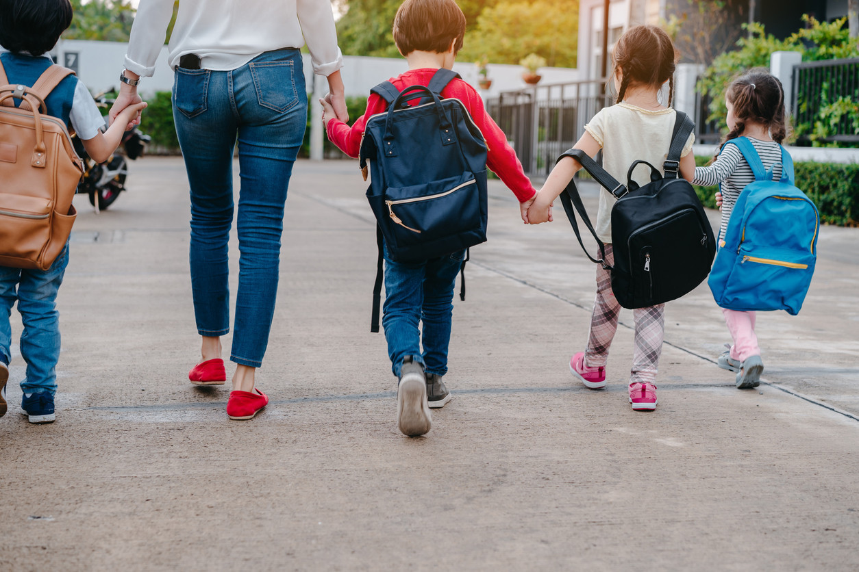 Las cinco razones por las que los pediatras recomiendan que los niños vayan caminando al colegio: mucho más...