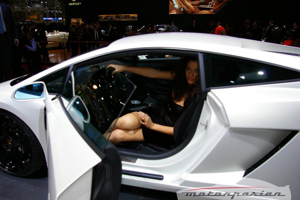 Foto de Lamborghini Gallardo LP560-4 en el salón de Ginebra, y muy bien acompañado (4/26)