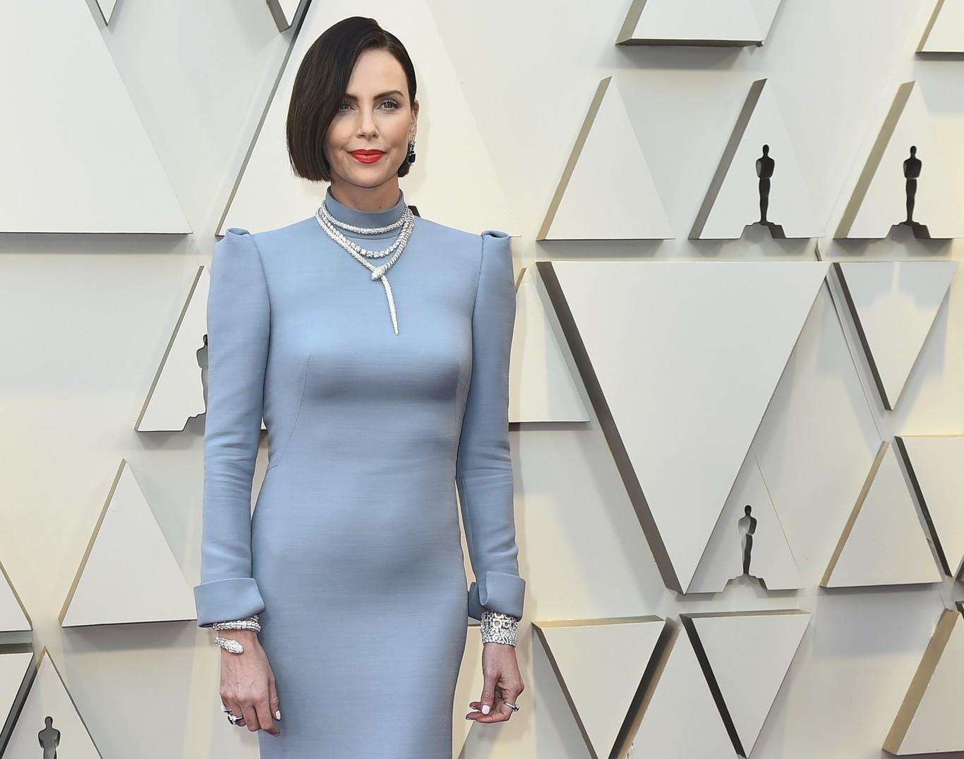a3fe499cd Premios Oscar 2019  Charlize Theron se atreve con el azul cielo ...