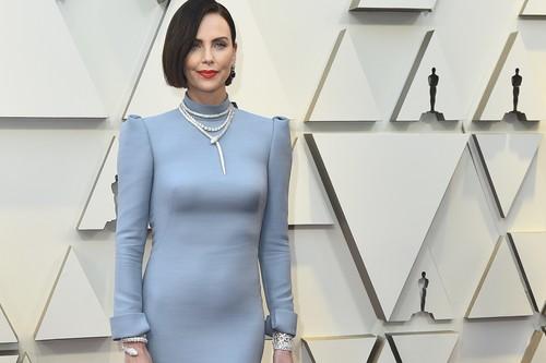 Premios Oscar 2019: Charlize Theron se atreve con el azul cielo, pero todas las miradas están en su melena