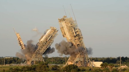 Más de 300 viajes espaciales empezaron aquí: así han demolido dos de las torres de lanzamiento más emblemáticas de Cabo Cañaveral