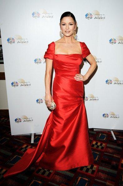 Catherine Zeta Jones se une a la moda de los vestidos rojos