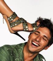 A Andrés Velencoso le ponen el pie encima... y sigue sonriendo