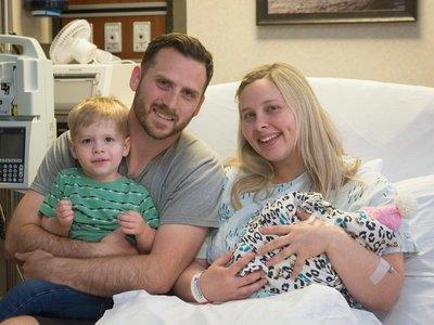 La madre que eligió continuar el embarazo de su hija con anencefalia da a luz y despiden a su bebé
