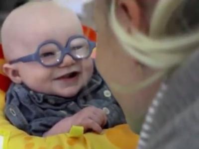 El emocionante momento en el que un bebé albino ve la cara de su madre por primera vez gracias a un par de gafas
