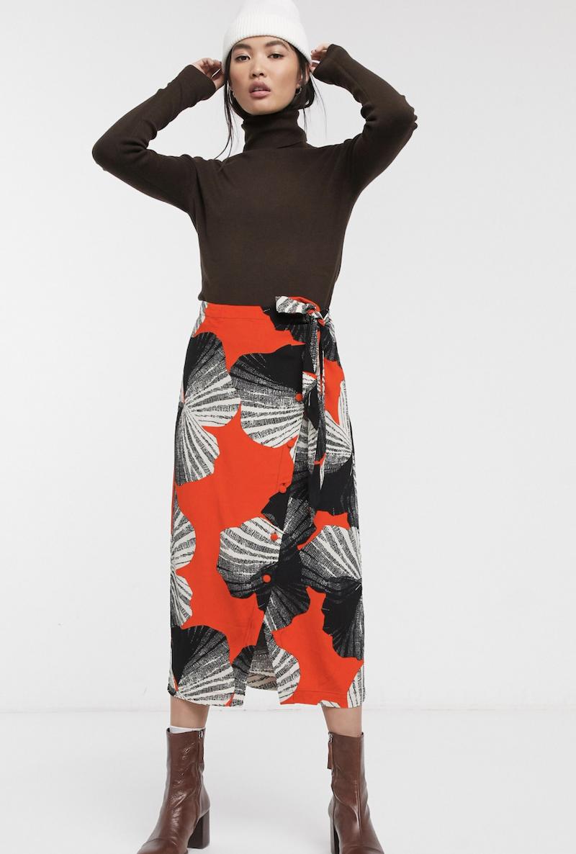 Falda midi con estampado abstracto y diseño cruzado asimétrico de Selected Femme