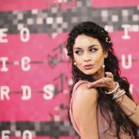 Vanessa Hudgens se convierte en la hippy más posh (y poco elegante) de los MTV Video Music Awards 2015