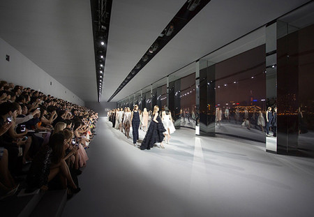 El desfile de Haute Couture Printemps 2014 de Dior en Hong Kong con la presencia de Sidney Toledano