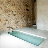 Para este verano hermosos baños muy básicos, casi espartanos con la bañera como protagonista