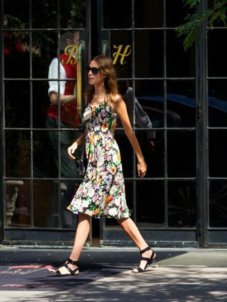 La calle se llena de las flores veraniegas de Alexa Chung