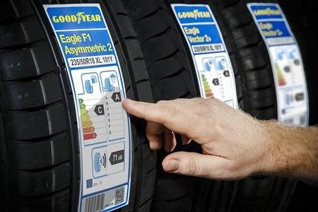 La etiqueta del neumático, una herramienta para el comprador que va calando