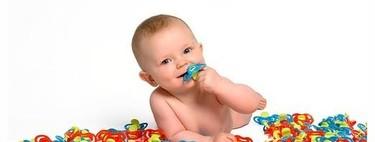 Limpiar el chupete del bebé con la boca, ¿sí o no?
