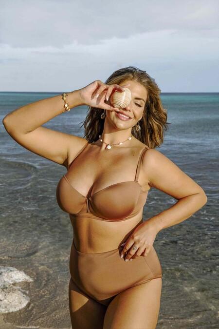 """Ru01748c Sa01748sLa firma apunta que para """"la creación de cada bikini se han utilizado 5 botellas PET recicladas de 0,5l y en el caso de los bañadores 7 botellas PET recicladas de 0,5l"""". Los precios de esta propuesta se sitúan, en general, entre los 20 y los 40 euros por pieza."""