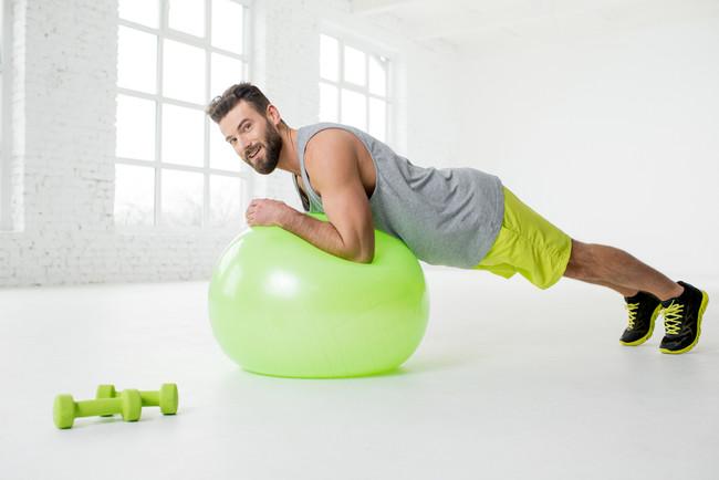 Ejercicios con fitball para trabajar tus brazos de una forma diferente e intensa