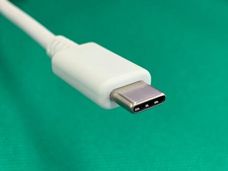 Los USB-C pasarán de poder cargar hasta a 100W a cargar hasta en 240W de potencia en monitores, estaciones de trabajo y laptops