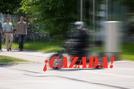Husqvarna 900 cazada en la calle