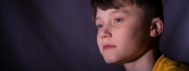 Reducir el tiempo frente a una pantalla y aumentar las horas de sueño favorece el desarrollo cognitivo en los niños