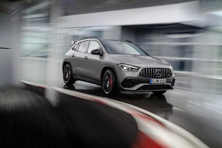 El Mercedes-AMG GLA 45 2021 es un SUV de 421 hp que se ve mejor en pista que en pasto