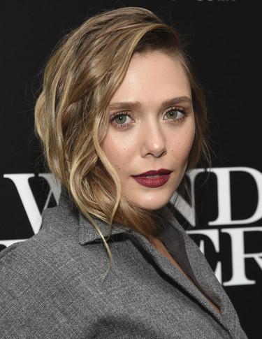 Elizabeth Olsen recupera en la red carpet todo el glamour andrógino del Hollywood dorado