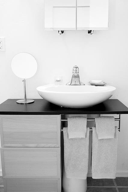 Cinco muebles y siete ideas para un lavabo con pedestal for Bajo lavabo