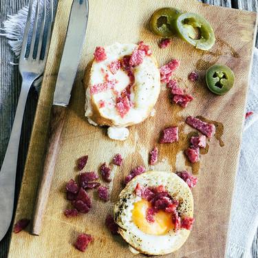 Huevos con salami en cazuelita de pan. Receta para el desayuno
