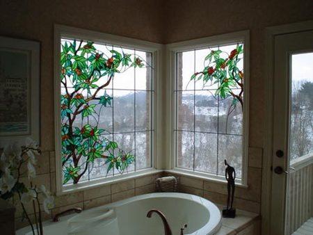 Una vidriera en un baño.