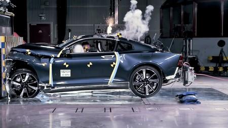 Este vídeo demuestra que Polestar puede hacer con fibra de carbono coches tan seguros como un Volvo