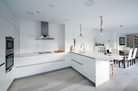 Puertas abiertas: una cocina discreta y blanca conectada con el ...