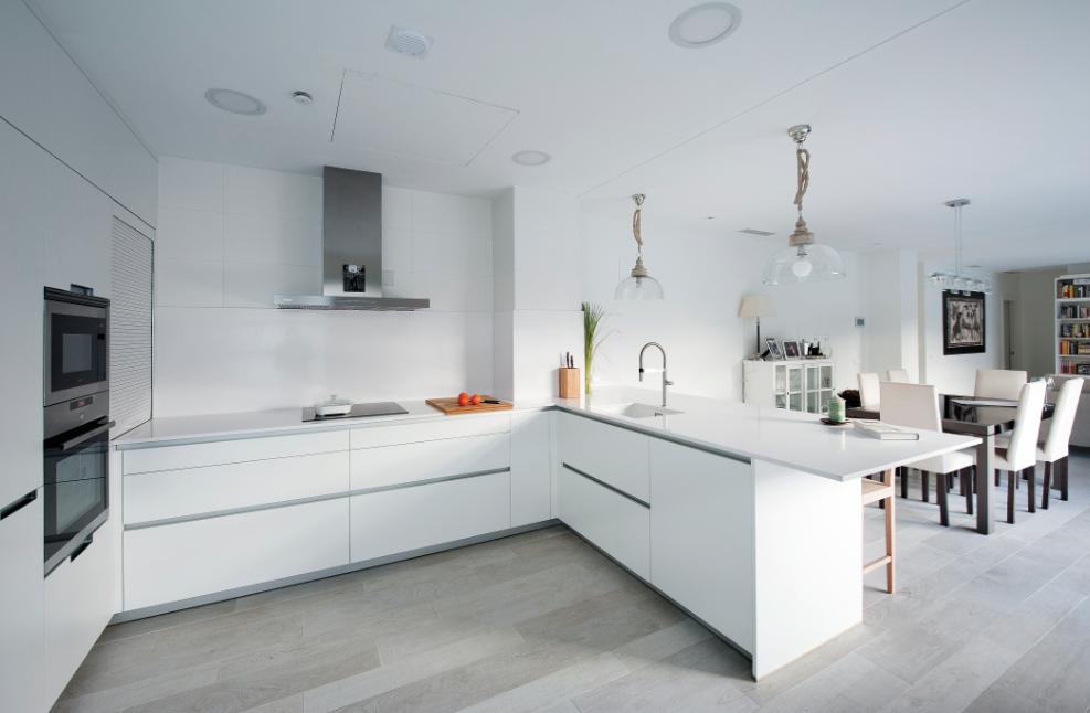 Puertas abiertas una cocina discreta y blanca conectada for Ideas para decorar cocinas blancas