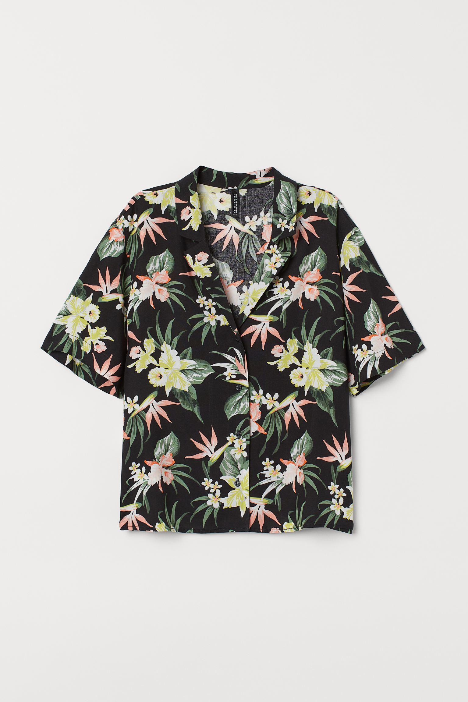 Camisa con flores hawaianas